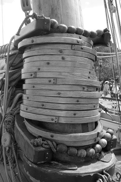 Hoops on the mainmast of the Privateer Lynx